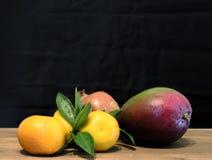 Frukter på trätabellen Arkivbild