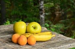 Frukter på trätabellen, closeup Royaltyfri Foto