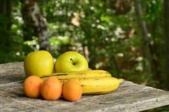 Frukter på trätabellen, närbild Royaltyfri Bild