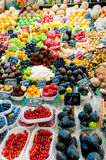 Frukter shoppar in i den LaBoqueria marknaden på Barcelona Arkivfoto