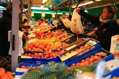 Frukter shoppar i grotemarknad Fotografering för Bildbyråer