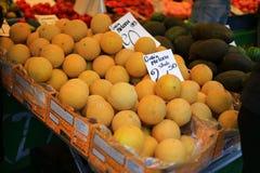Frukter shoppar i grotemarknad Royaltyfri Foto
