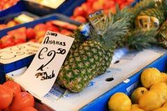 Frukter shoppar i grotemarknad Arkivfoton