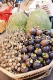 Frukter shoppar i marknad Royaltyfri Fotografi