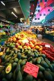 Frukter shoppar i saluhall Arkivbild