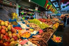 Frukter shoppar i saluhall Fotografering för Bildbyråer