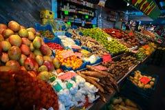 Frukter shoppar på den Rotterdam saluhallen Royaltyfri Fotografi