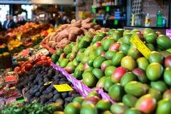 Frukter shoppar på den Rotterdam saluhallen Fotografering för Bildbyråer