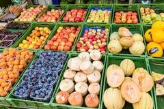 Frukter som är till salu i den Naschmarkt marknaden i Wien Arkivfoton