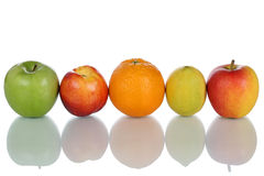 Frukter som isolerade apelsiner, citroner och äpplen i rad Royaltyfri Bild