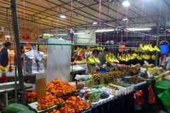 Frukter stannar i nattmarknaden i Singapore Arkivbilder