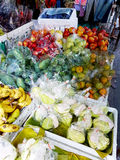 Frukter stannar sålt på gatan i Bangkok, Thailand royaltyfria bilder