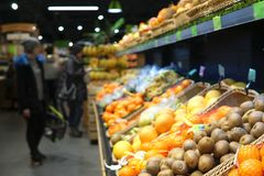 frukter Suddig bild av supermarket royaltyfri foto