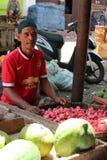 Frukterna runt om traditionell marknad i Indonesien kallade Royaltyfria Foton