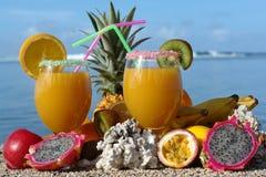 fruktexponeringsglasfruktsaft två Arkivfoto