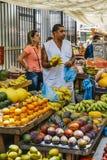Fruktförsäljare i gatamarknad royaltyfri bild