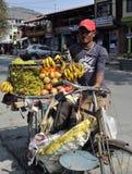 Fruktförsäljare i Pokala, Nepal Arkivfoton