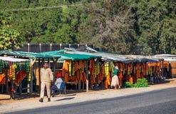 Fruktförsäljare som säljer frukt och grönsaker på sidan av vägen arkivfoton