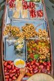 Fruktfartyg Amphawa bangkok som svävar marknaden Thailand Arkivfoto