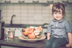 fruktflicka little Arkivfoton