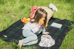 fruktflicka little Fotografering för Bildbyråer