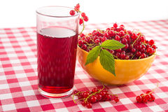 Fruktfruktsaft och röd vinbär Arkivfoto