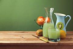Fruktfruktsaft på trätabellen med kopieringsutrymme Arkivbilder