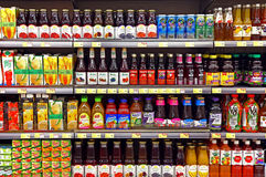 Fruktfruktsafter i flaskor på supermarket Royaltyfria Bilder