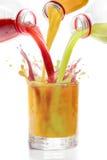 Fruktfruktsafter som är blandade i den glass kiwin, vinbär, apelsin Royaltyfri Foto