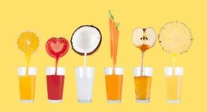 Fruktfruktsafter som flödar från nya frukter på pastell, gulnar bakgrund Arkivbild