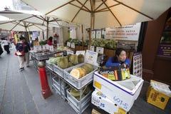 Fruktgatuförsäljare i kineskvarteret, London Royaltyfri Fotografi