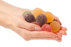 Fruktgelé i socker i hand Arkivfoton