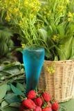 Fruktjordgubbebär på blått bevattnar Royaltyfri Foto