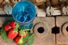 Fruktjordgubbebär på blått bevattnar Arkivfoto