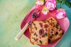 Fruktkaka eller muffin p? en rosa platta Laga mat och efterr?tt royaltyfri foto