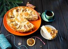 Fruktkaka för jul som dekoreras med äpplen på den orange plattan på den bruna trätabellen Delicioius hemlagad bakelse nytt år arkivfoto