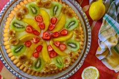 Fruktkaka med jordgubben, kiwin, mango och gelatin royaltyfria foton