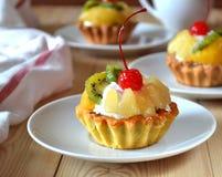 Fruktkaka med körsbär och piskad kräm Fotografering för Bildbyråer