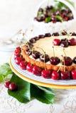 Fruktkaka med söta körsbär och vaniljsås. Royaltyfri Fotografi