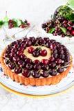 Fruktkaka med söta körsbär och vaniljsås. Royaltyfria Foton