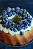 Fruktkaka med skogfrukter Arkivfoto