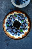 Fruktkaka med skogfrukter Arkivbild