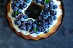 Fruktkaka med skogfrukter Arkivbilder