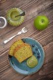 Fruktkaka med tematcha arkivbild