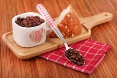 Fruktkaka och kaffe royaltyfri foto