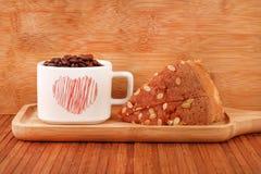Fruktkaka och kaffe arkivbilder