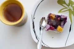 Fruktkaka och te Arkivfoto