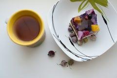 Fruktkaka och te Arkivfoton