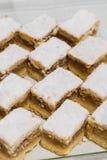 Fruktkaka som skivas på ett uppläggningsfat Arkivfoto