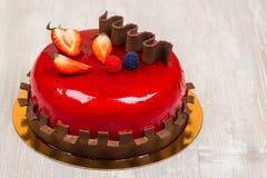 Fruktkakan med choklad på tabellen fotografering för bildbyråer